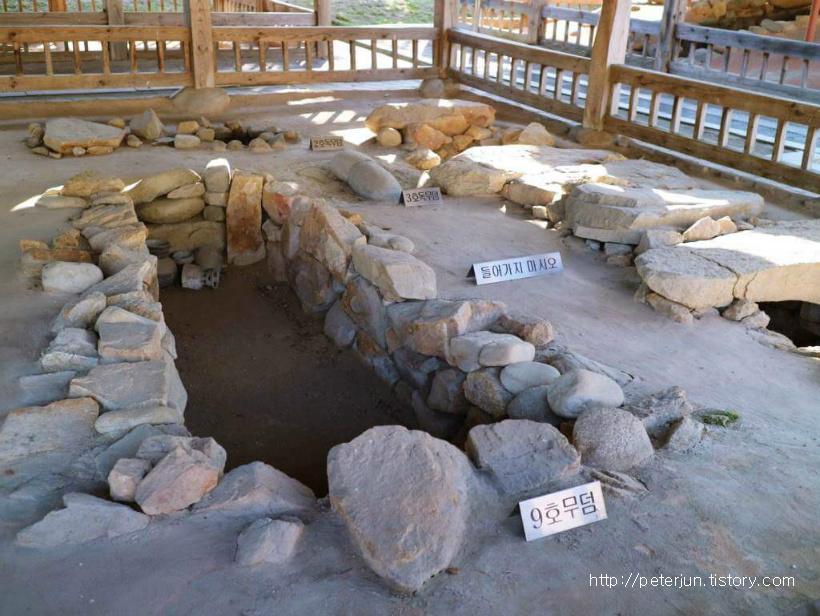 오죽헌 안에 있는 오래된 무덤