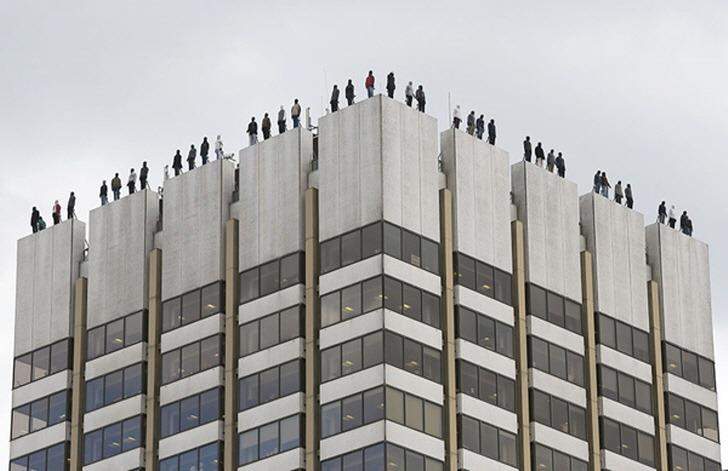 런던 시민들을 충격에 빠뜨렸던 옥상 난간 위 84명의 남자